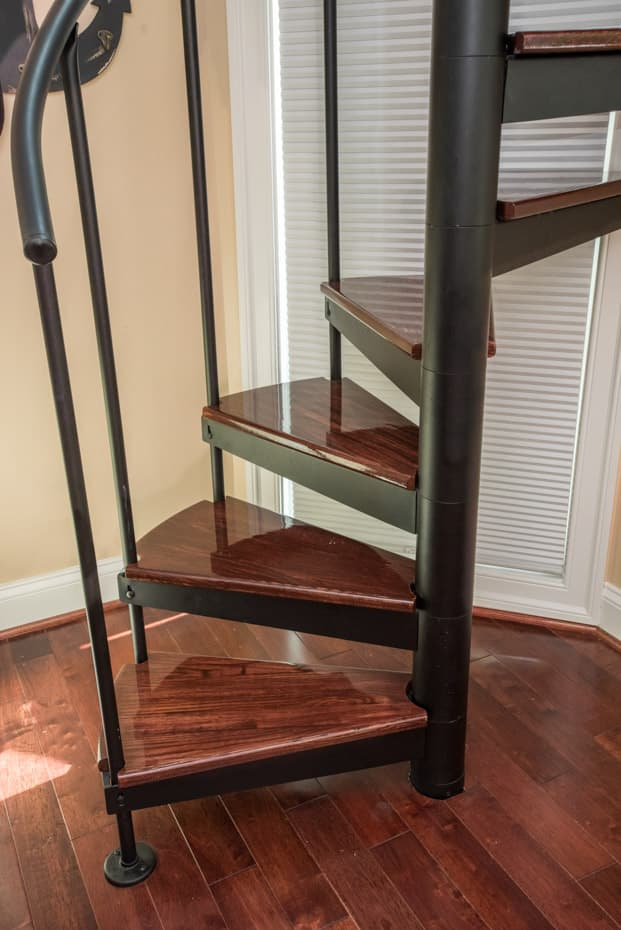 Classic steel with wood Spiral Staircase zero center balusters