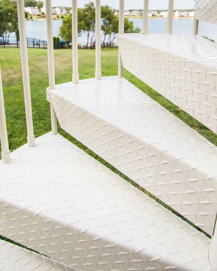 Aluminum Deck Spiral Staircase Closed Diamond Tread